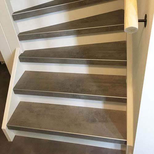 Laminaat trap treden uitgevoerd in de kleur Concrete Platinum