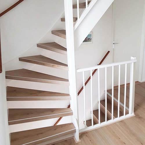 een Traprenovatie met de PVC overzet traptreden uitgevoerd Harmony Light