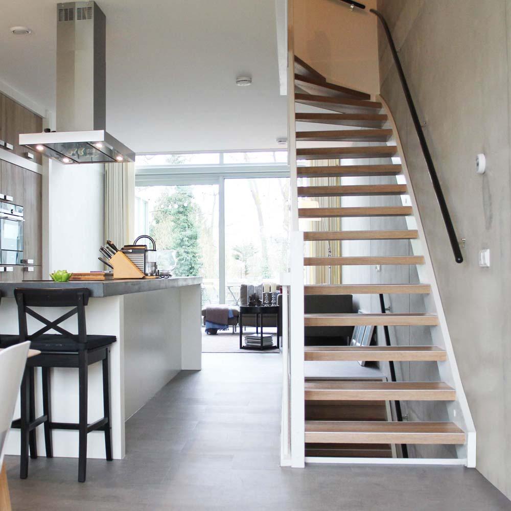 PVC op trap uitgevoerd in de kleur Olmenhorn