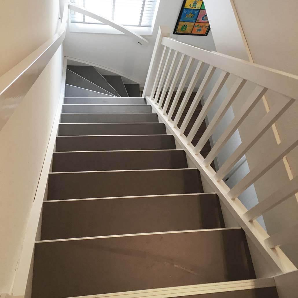 Bovenaanzicht beton traptreden renovatie in de kleur Donkergrijs