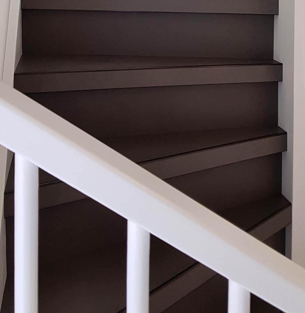 Beton traptreden Donkergrijs met zwarte neuslijst