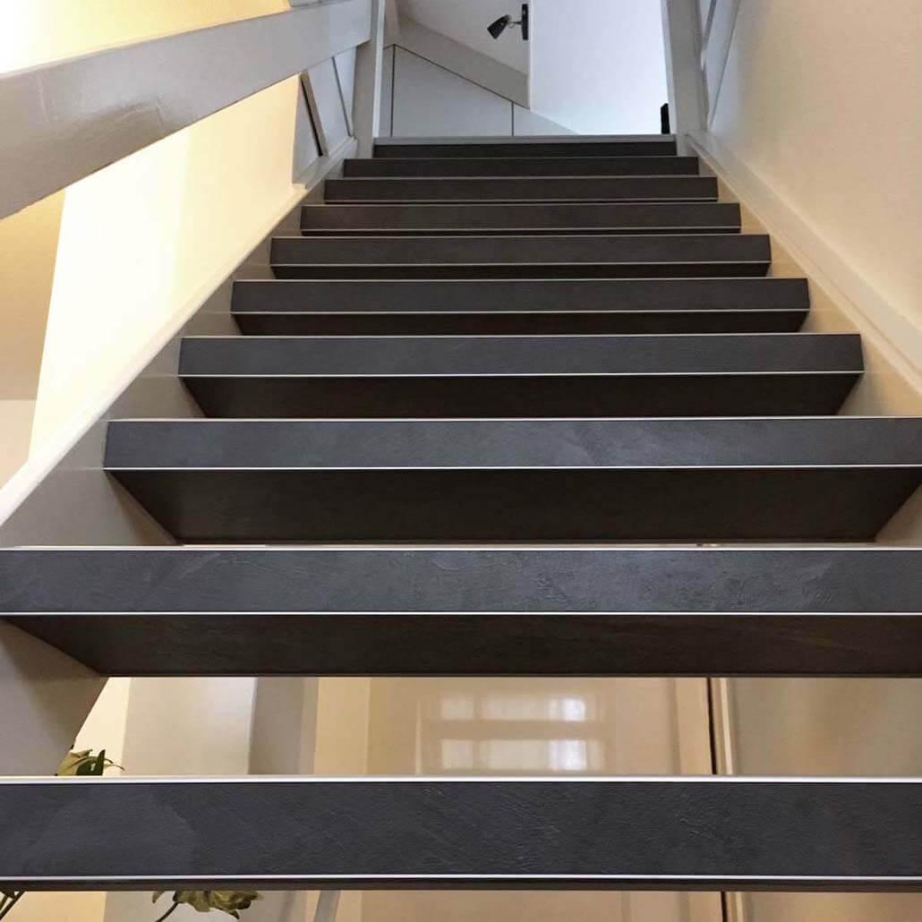 Open trap bekleed met overzettreden van beton kleur donkergrijs