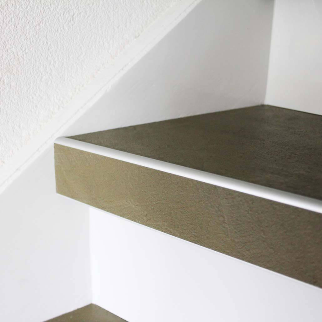 Beton overzettreden detail met alumium neuslijst