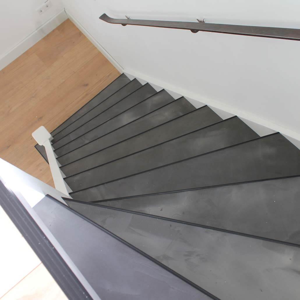 Bovenaanzicht handgesmeerd beton met zwarte neuslijst
