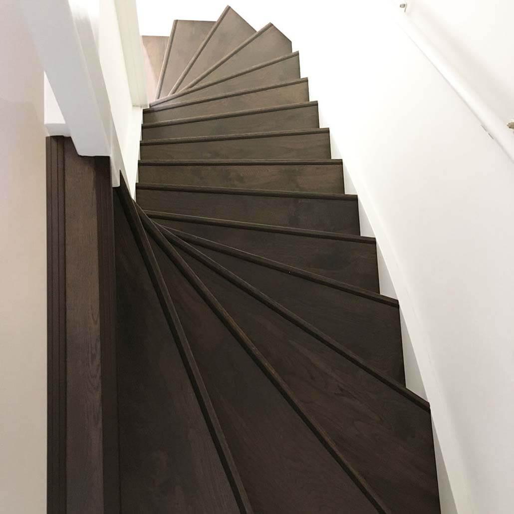 Bovenaanzicht traprenovatie eiken hout overzettreden kleur Charcoal